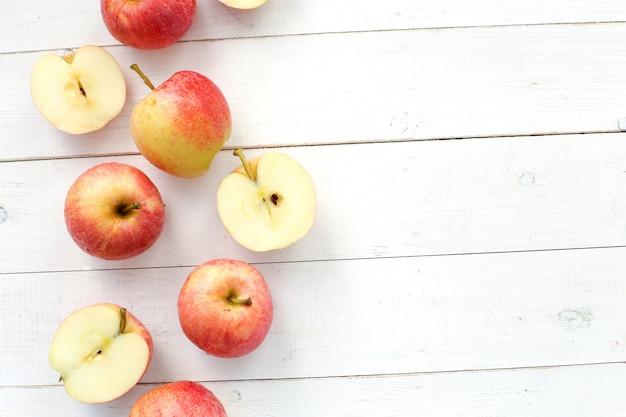 나무 테이블에 신선한 빨간 사과