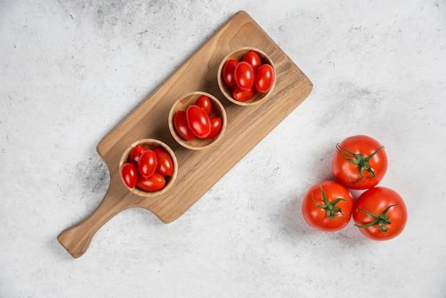 木製のボウルに新鮮な赤いチェリートマト。