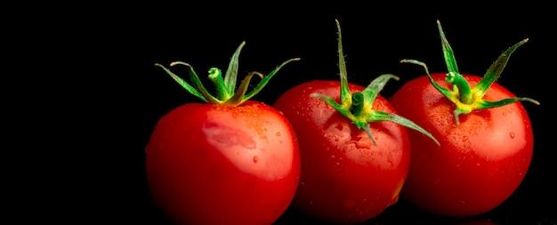 Свежие красные помидоры черри на черном фоне, баннер. кулинария, здоровое питание, фото концепции органических овощей