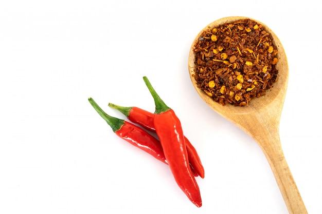 新鮮な赤い唐辛子のペッパーと粉砕された赤いカイエンペッパーと種子 Premium写真