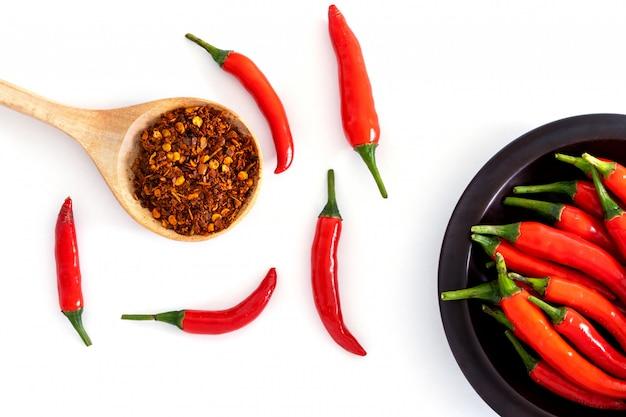 新鮮な赤い唐辛子のペッパーと粉砕された赤いカイエンペッパーと種子