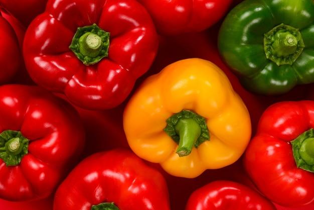 Поверхность свежего красного, зеленого, желтого болгарского перца