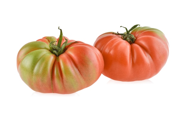 白い背景で隔離の新鮮な赤い家宝のトマト