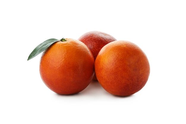 白い孤立した背景に分離された新鮮な赤オレンジ