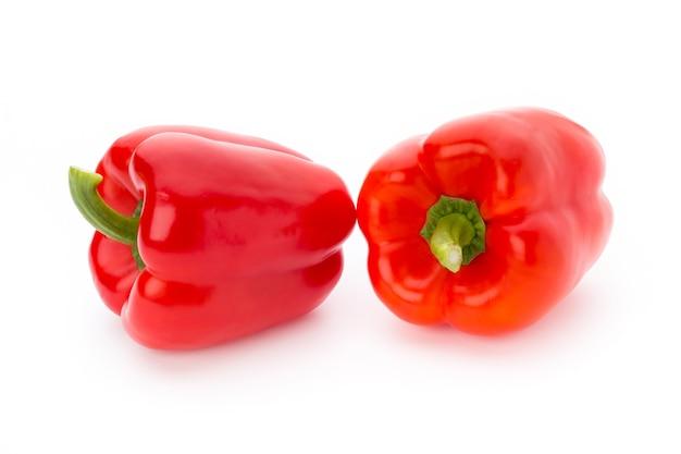 Свежий красный перец на белой поверхности, изолированные.