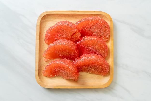 신선한 빨간 포멜로 과일 또는 자몽 접시에