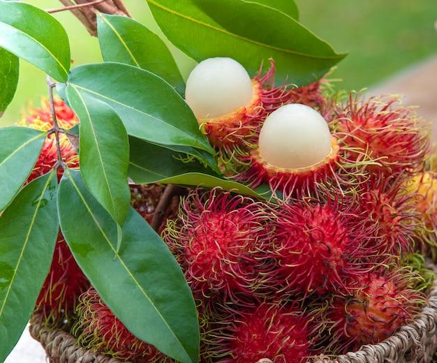 バスケットに入った新鮮な赤いランブータンの果実