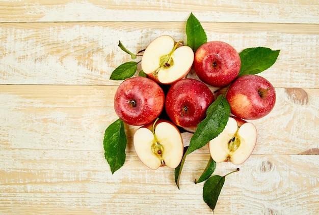 新鮮な赤い熟したリンゴの果実を丸ごとスライスします。