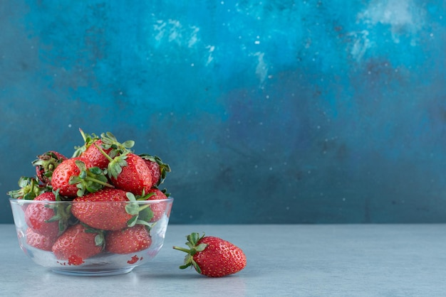 유리 그릇에 신선한 빨간 딸기입니다.