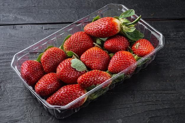 검은 나무 테이블 배경에 신선 하 고 붉은 딸기