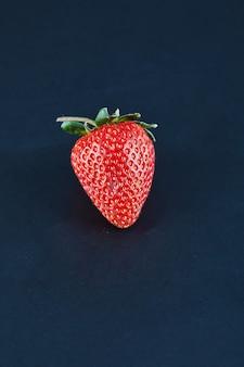 暗い表面に新鮮な赤いイチゴ。閉じる