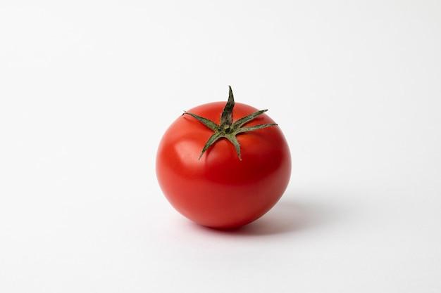 흰색 표면에 고립 된 신선한 빨간 토마토