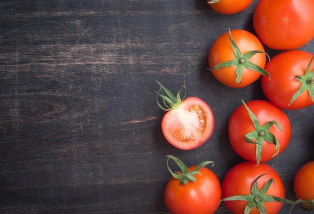 木製の背景に新鮮な赤いトマト、上面図