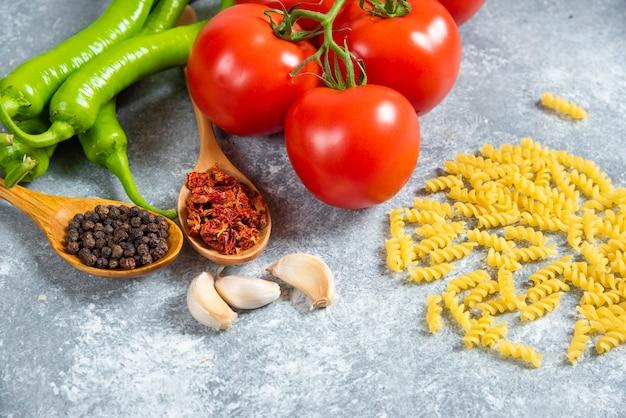 신선한 빨간 토마토와 대리석 백그라운드에 칠리 페 퍼.