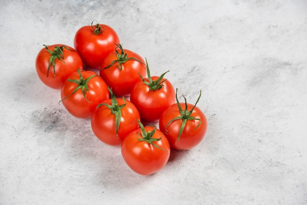 大理石の背景に新鮮な赤いトマト
