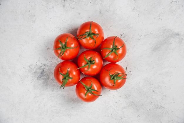 대리석 바탕에 신선한 빨간 토마토