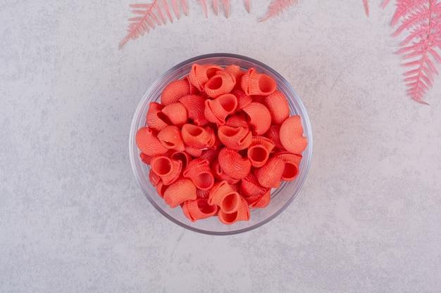 白い表面のガラスプレートに未調理の新鮮な赤