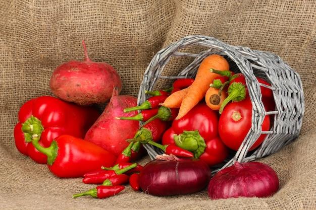 Свежие красные овощи на вретище
