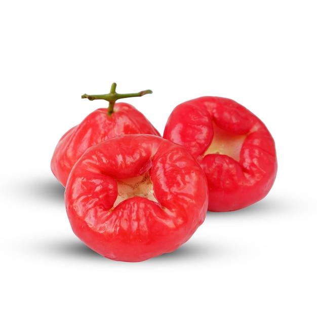 新鮮な赤い水グアバ、または一般的に白い背景で隔離のボタングアバと呼ばれる