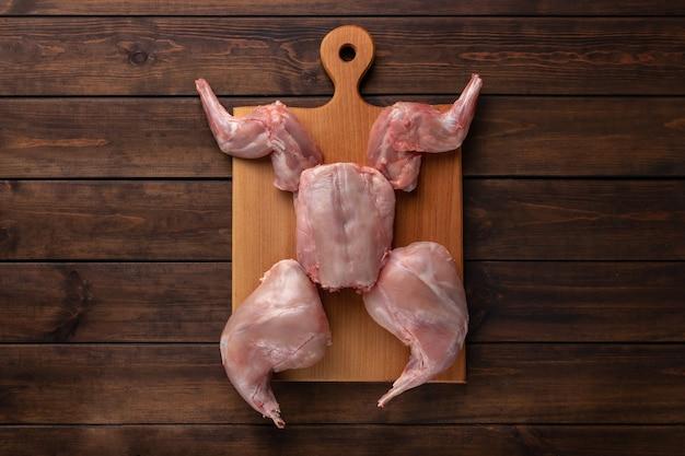 木製のまな板、コピースペースに新鮮な赤いうさぎ肉全体