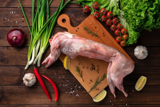 木製のまな板、上面図に新鮮な赤いうさぎ肉全体