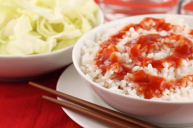 Свежий рис с соусом на белой миске