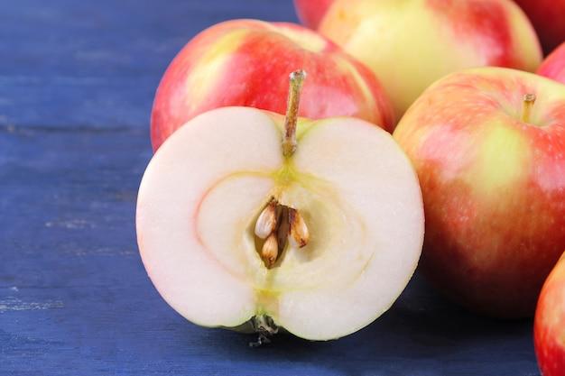 木製の背景にクローズアップカットで新鮮な熟したリンゴ