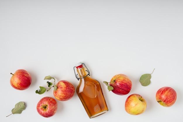 신선한 잘 익은 사과와 사과 사이다 식초.