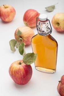 新鮮な熟したリンゴとリンゴ酢。