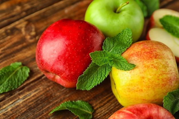 나무 테이블에 민트와 신선한 익은 사과