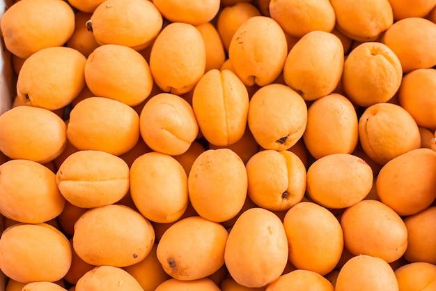 Свежий спелый абрикос вид сверху на рынке