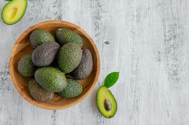 Свежий спелый авокадо с листьями. концепция здорового питания.