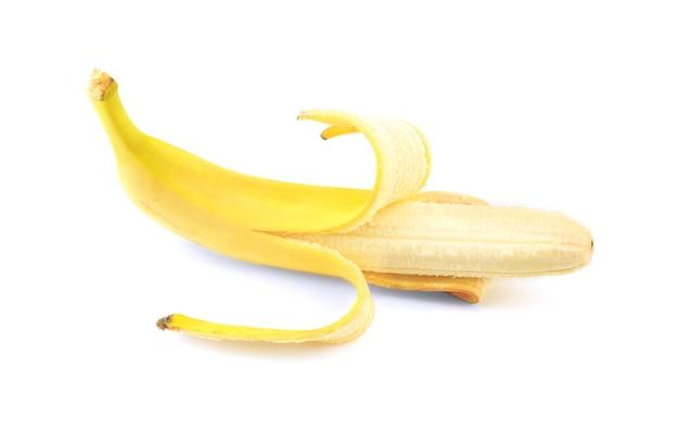 Свежий спелый банан на белом