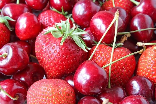 Свежие спелые ягоды и клубника