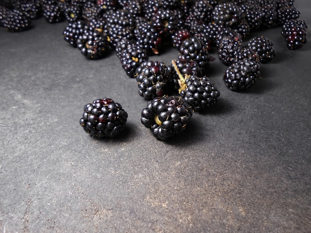 黒いテーブルの上の新鮮な熟したブラックベリー。