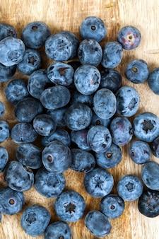 新鮮でおいしいブルーベリーブルーベリーを収穫したビタミン入りの新鮮な熟したブルーベリー