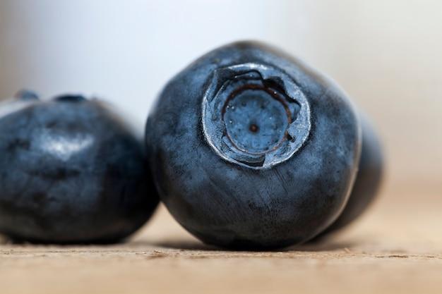 ビタミン入りの新鮮な熟したブルーベリー、収穫された新鮮でおいしいブルーベリー