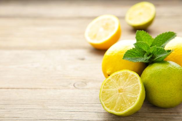 정원 나무 테이블에 민트와 신선한 익은 citruses
