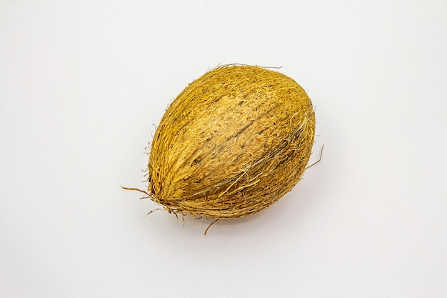 Свежий спелый кокос на белом фоне