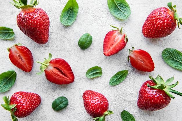 회색 콘크리트 배경에 신선하게 익은 맛있는 딸기