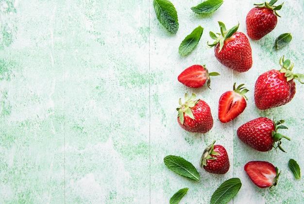 녹색 나무 배경에 신선하게 익은 맛있는 딸기