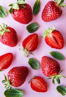 분홍색 배경에 신선하게 익은 맛있는 딸기