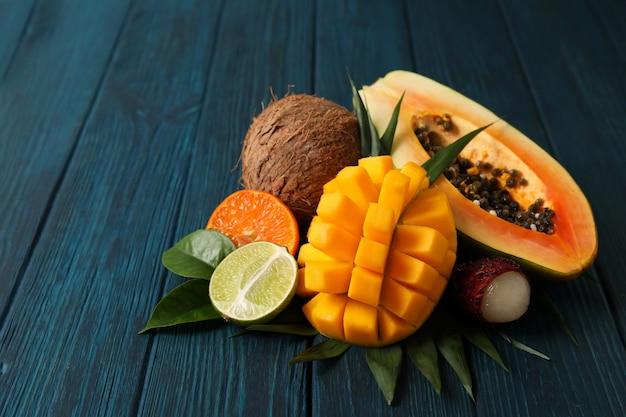Свежие и спелые экзотические фрукты на деревянных фоне