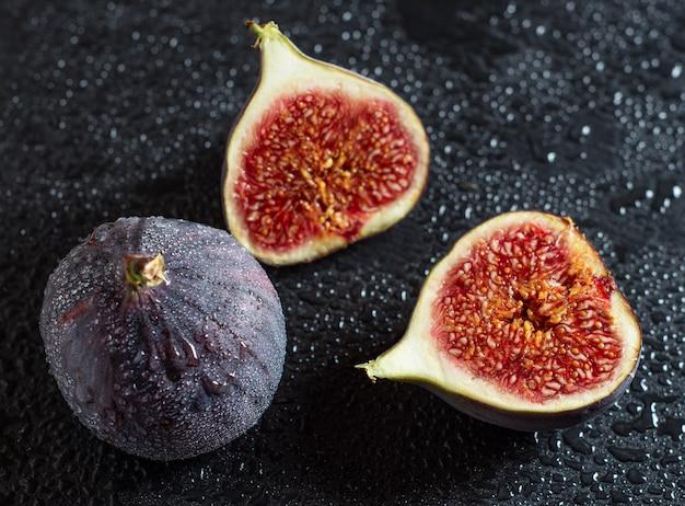 黒の背景に新鮮な熟したイチジク。トロピカルフルーツ