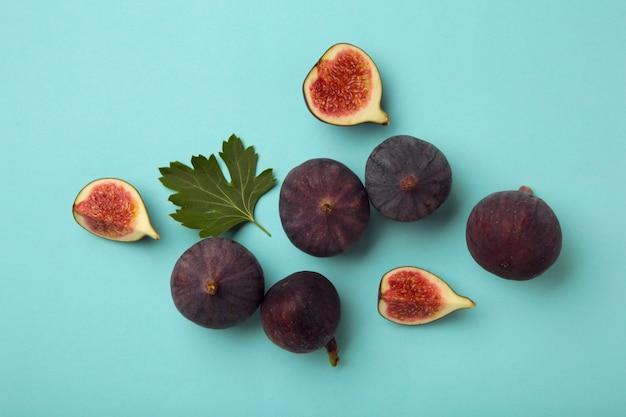 파란색 배경에 신선한 익은 무화과. 열대 과일