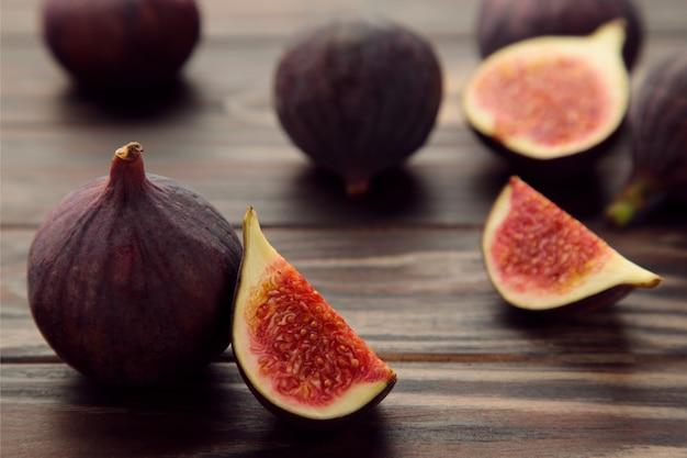 갈색 나무 바탕에 신선한 익은 무화과. 열대 과일