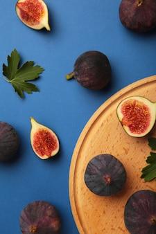 회색 배경에 신선한 익은 무화과. 열대 과일. 세로 사진