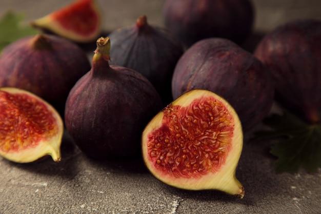 회색 배경에 신선한 익은 무화과. 열대 과일