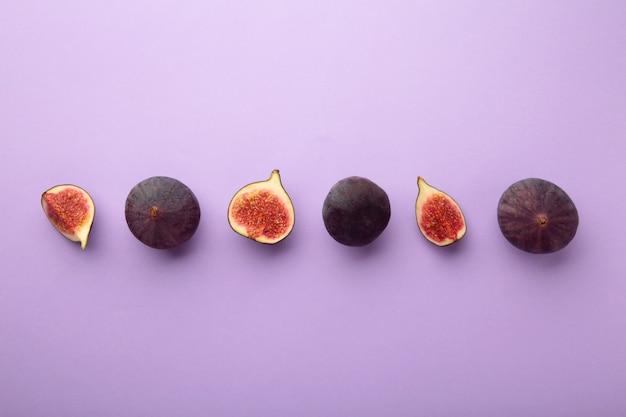 보라색 바탕에 신선한 익은 무화과. 열대 과일