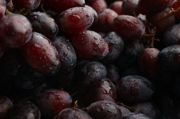 Свежий спелый виноград в целом, крупным планом